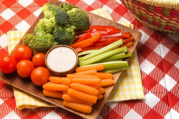 https://orders.nuggetmarkets.net/media/11/10/picnic-crudite-tray.jpg